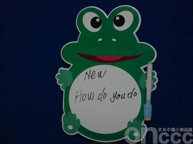 绿色卡通青蛙小画板采用长方形设计,表面用立体卡通动漫图案