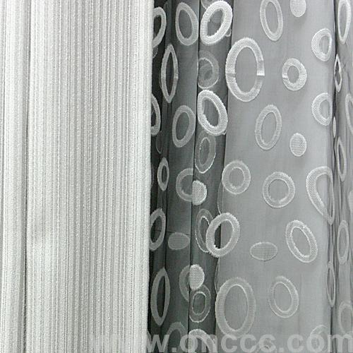 窗帘布主要采用优质涤麻材质制作而成,底色为灰色,表面附有小圆图案