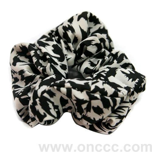 黑白纹理发圈弹性十分好,质感特别柔韧,不会轻易断裂