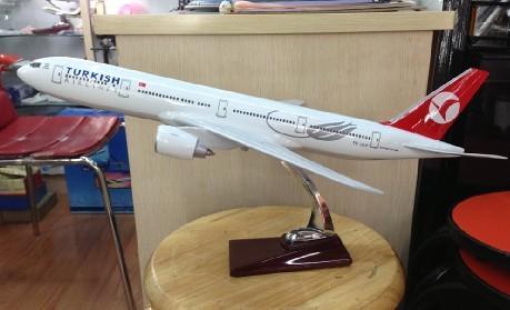 土耳其航空飞机模型采用优质树脂制作而成,机身为白色,尾部为红色
