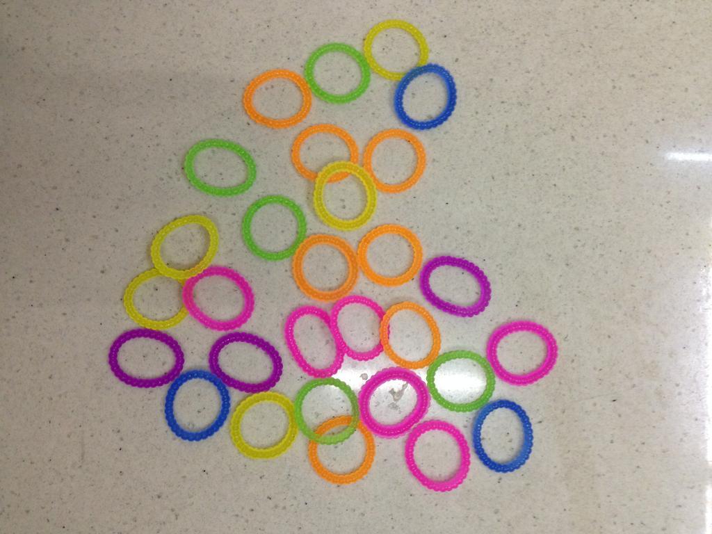 橡皮筋编织diy彩虹手链
