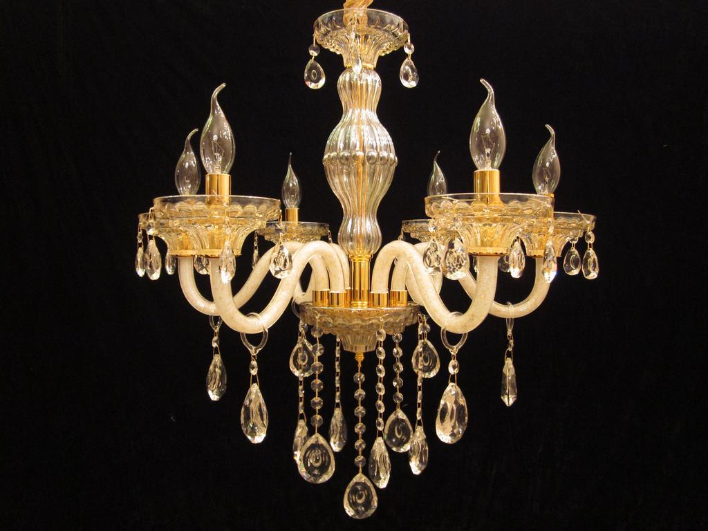 主要经营欧式水晶吊灯,壁灯,亚克力吊灯壁灯,陶瓷吊灯,壁灯,铁艺吊灯,欧式树脂吊灯,壁灯,台灯,落地灯,个性落地灯,工艺台灯