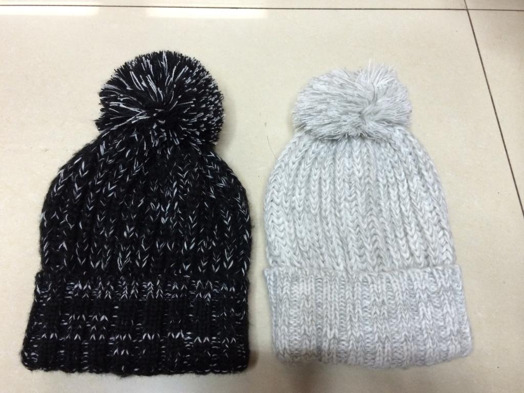 两种颜色搭配的毛线帽子