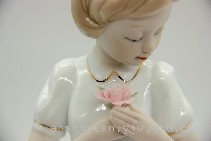 持花女孩 100 是一款欧式风格的陶瓷摆件,做工细腻,衣领包括很多线条