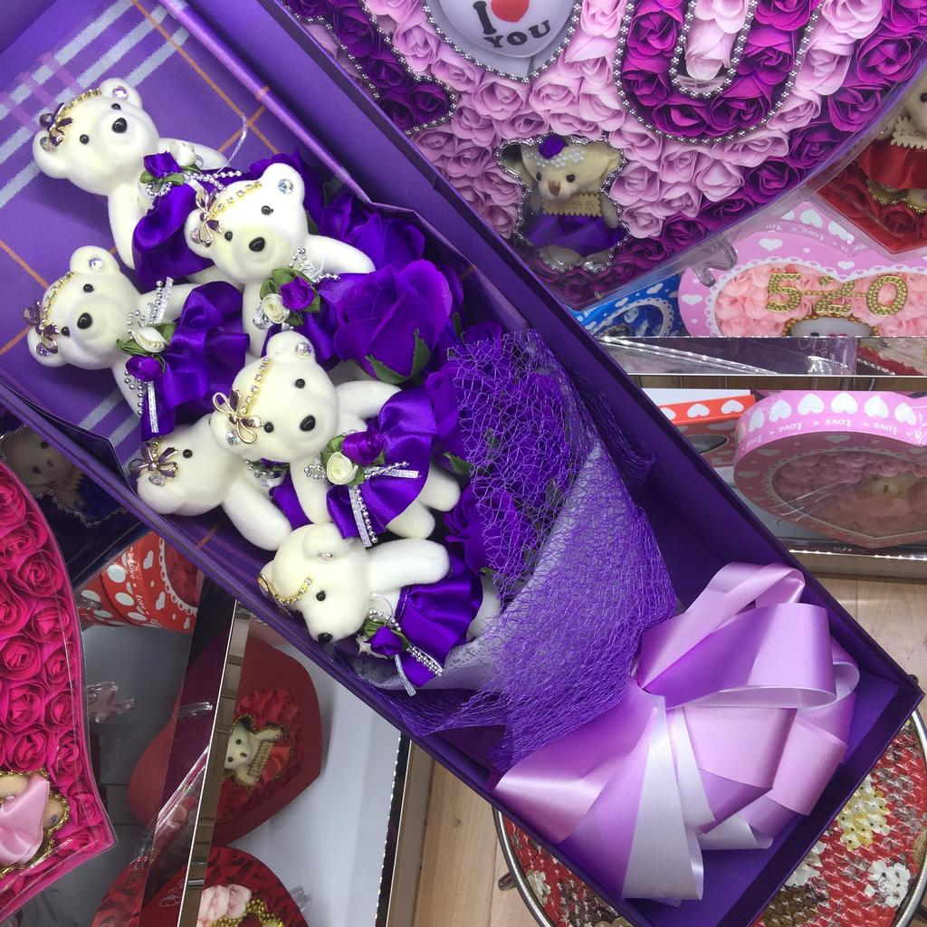 6只熊配11朵香皂花玫红花束礼盒