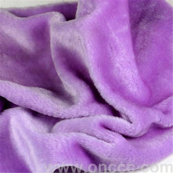 紫色割圈绒布料底色为紫色,采用高质化纤加工而成