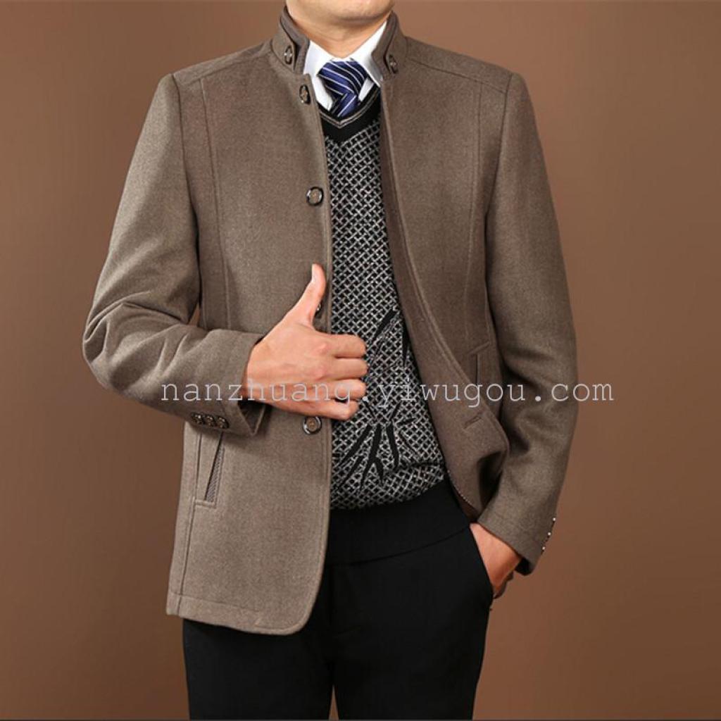 おとうさんと秋と冬のコートの中年男性のビジネスカジュアルなジャケットの襟のウールのコート
