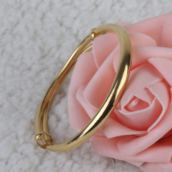 The European golden surface sliding fashion high-end bracelets jewelry piece on behalf of women