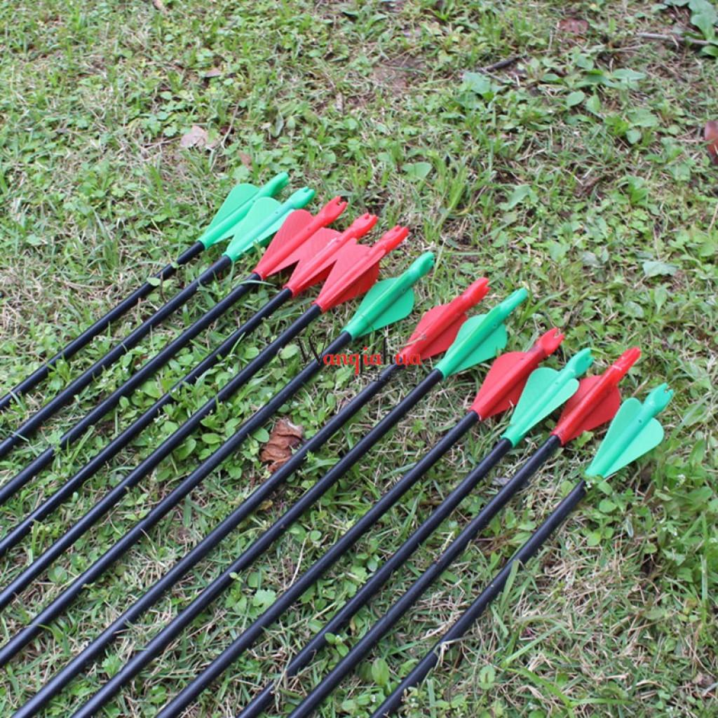 アーチェリー狩猟演習と反伝統的なレトロ・アローボウボウの屋外の矢を射る