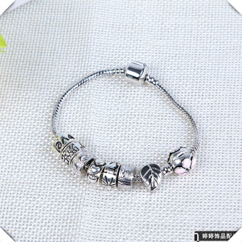 Bracelet of decorative accessories on safety chain bracelet beads