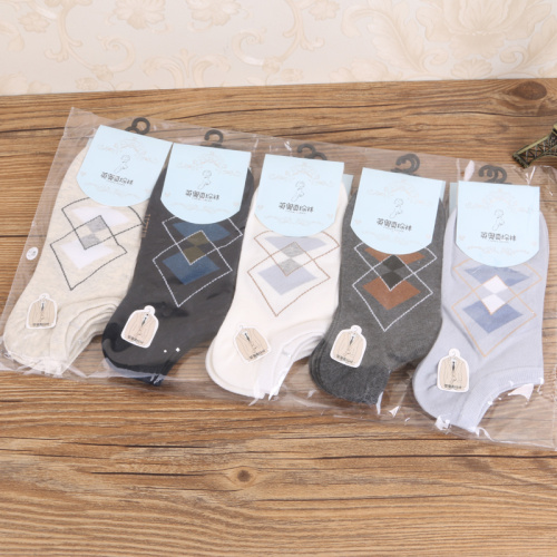 Manufacturer direct selling fashionable and comfortable men's jacquard diamond socks cotton socks.