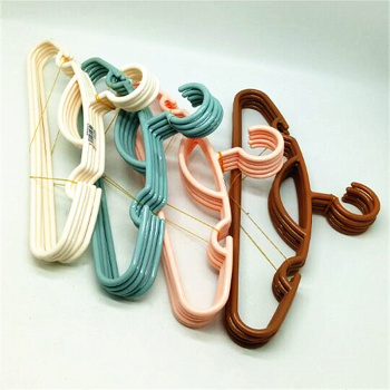 Five Japanese simple adult plastic clothes hangers hanging clothes hangers hang clothes to hang laundry.
