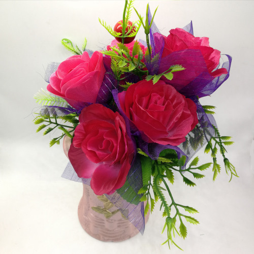 The factory sells fake flower silk flower decoration on the ground to display artificial flowers and flowers.