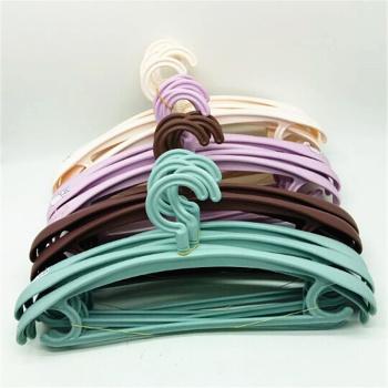8120 thick-shouldered, wide-shouldered plastic hangers, clothes hangers, clothes hangers, clothes hangers.