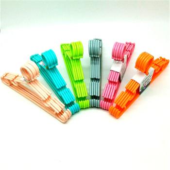 5 children's plastic anti-skid clothes hangers for children's solid clothes.