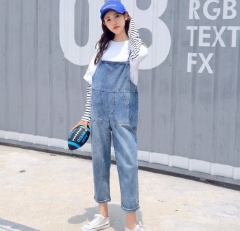 Women's wear vintage and casual wear jeans 100 girls with a nine-point suspenders jumpsuit.