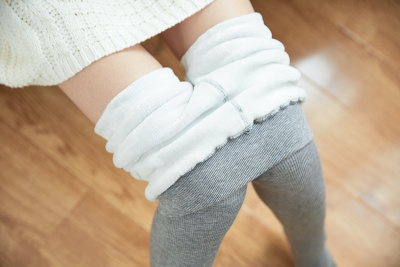 Cotton vertical piece trousers with feet.
