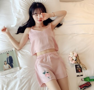 Women in pajamas feel the silk satin soft skin-friendly flower rose home dress suit.