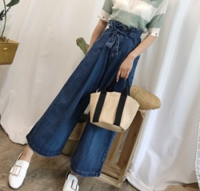 High-waisted bracts with dark jeans with wide legs and baggy pants.