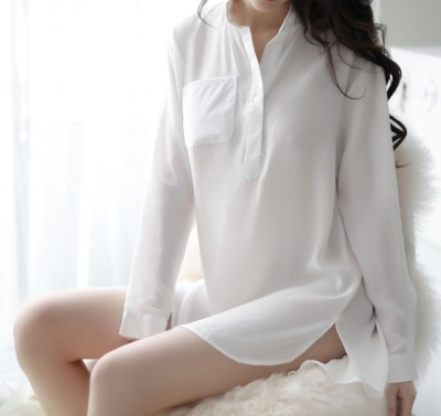 The new sexy lingerie chiffon white shirt uniform seduces the home bare shoulder bag and buttocks uniform.