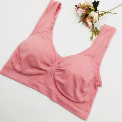 wears a bra vest with a chest cushion that seamlessly gathers without a steel ring to prevent shock and add weight